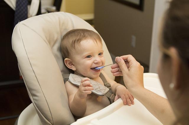 un bébé qui mange