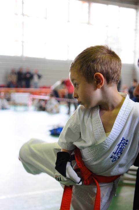 Un enfant fait du Karate