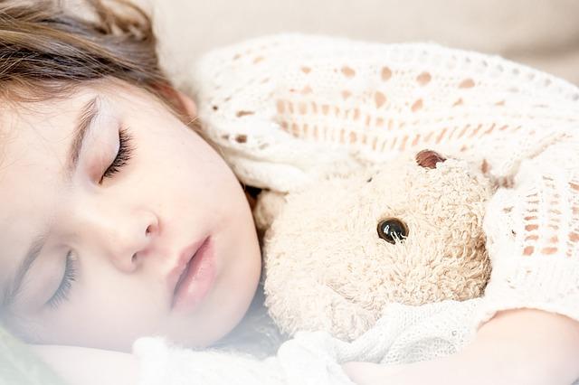 un enfant qui dort dans son lit
