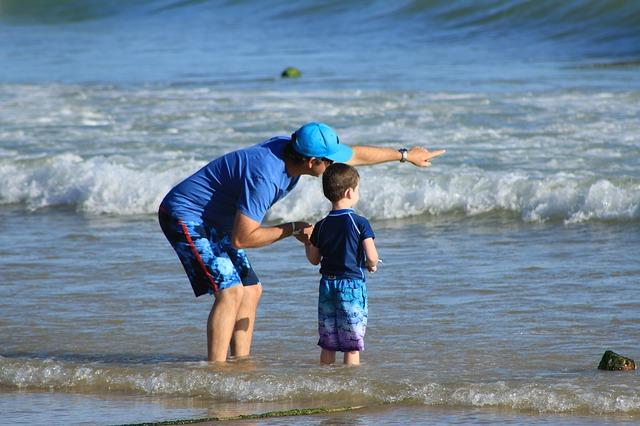 Un père et son fils à la mer