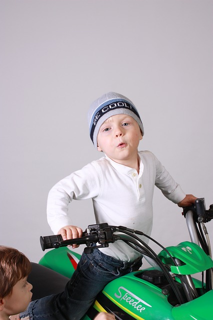 En enfant sur un quad vert